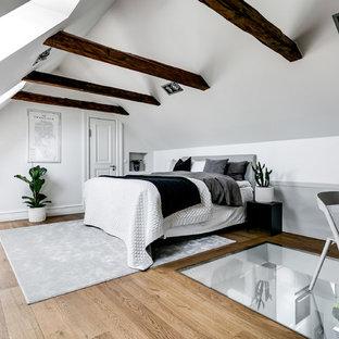Bild på ett stort nordiskt huvudsovrum, med vita väggar, ljust trägolv och beiget golv