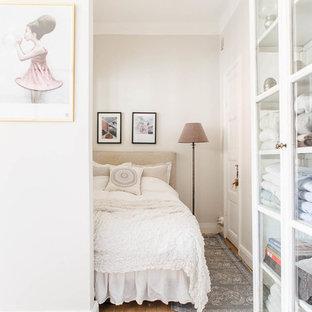 Exempel på ett mellanstort shabby chic-inspirerat sovrum, med vita väggar och mellanmörkt trägolv