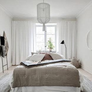 Inspiration för nordiska sovrum, med vita väggar, ljust trägolv och beiget golv
