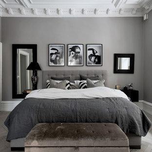 Idéer för att renovera ett mellanstort vintage sovrum, med grå väggar, ljust trägolv och grått golv