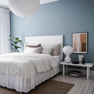 Inspiration för ett skandinaviskt sovrum, med blå väggar, målat trägolv och vitt golv