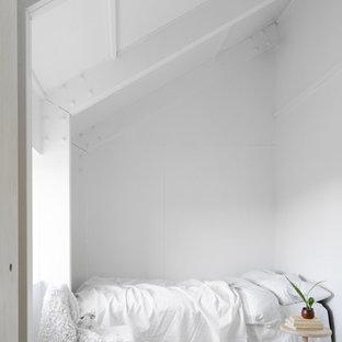 Bild på ett litet minimalistiskt gästrum, med vita väggar och ljust trägolv