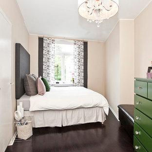 Idéer för att renovera ett mellanstort vintage sovrum, med beige väggar och mörkt trägolv