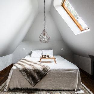 Idéer för ett litet klassiskt sovloft, med vita väggar