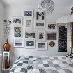 Inredning av ett eklektiskt litet sovrum, med grå väggar