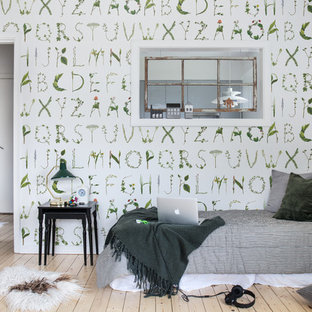 Idéer för ett minimalistiskt sovrum, med flerfärgade väggar och ljust trägolv