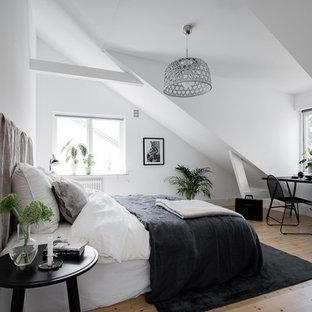 Idéer för att renovera ett mellanstort minimalistiskt gästrum, med vita väggar, ljust trägolv och beiget golv