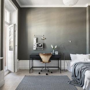 Diseño de dormitorio principal, urbano, sin chimenea, con paredes grises, suelo de madera clara y suelo gris