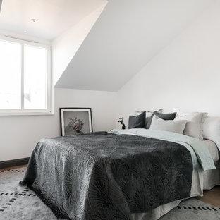 Idéer för mellanstora minimalistiska huvudsovrum, med vita väggar, mellanmörkt trägolv och brunt golv