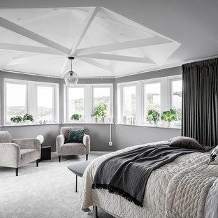 Inredning av ett minimalistiskt stort huvudsovrum, med grå väggar, heltäckningsmatta och vitt golv