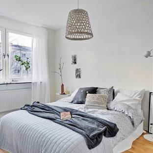 Idéer för att renovera ett nordiskt sovrum, med vita väggar och ljust trägolv