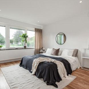 Idéer för ett mellanstort minimalistiskt huvudsovrum, med vita väggar, mellanmörkt trägolv och brunt golv
