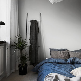 Exempel på ett stort skandinaviskt huvudsovrum, med grå väggar och ljust trägolv