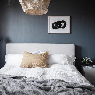 Inredning av ett minimalistiskt huvudsovrum, med grå väggar