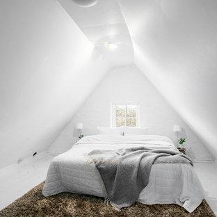 Idéer för stora nordiska huvudsovrum, med vita väggar och målat trägolv