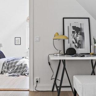 Idéer för att renovera ett mellanstort minimalistiskt sovrum, med vita väggar, mellanmörkt trägolv och brunt golv
