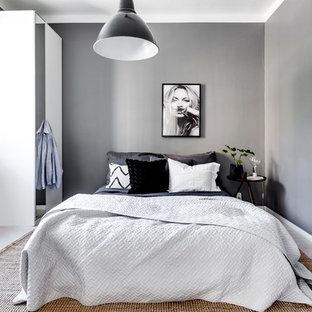 Idéer för att renovera ett mellanstort funkis huvudsovrum, med grå väggar och ljust trägolv