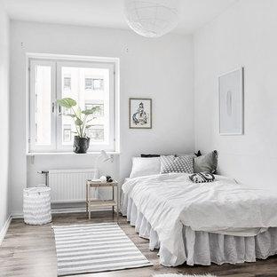 Inspiration för ett minimalistiskt sovrum, med vita väggar, mörkt trägolv och brunt golv
