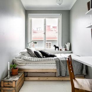 На фото: маленькие хозяйские спальни в скандинавском стиле с серыми стенами, деревянным полом и белым полом
