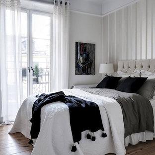 Inspiration för ett skandinaviskt sovrum, med flerfärgade väggar och ljust trägolv