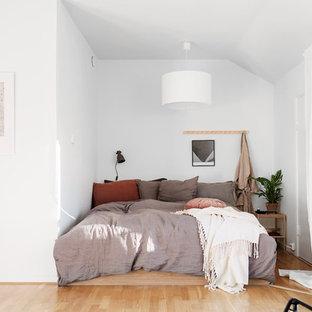 Exempel på ett litet minimalistiskt huvudsovrum, med vita väggar, ljust trägolv och beiget golv