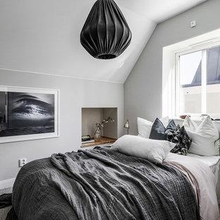 Foto på ett minimalistiskt sovrum, med grå väggar och grått golv
