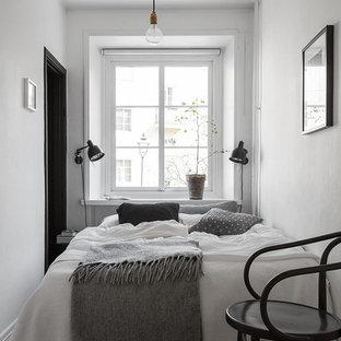 ヨーテボリの小さい北欧スタイルのおしゃれな主寝室 (白い壁、淡色無垢フローリング、暖炉なし) のインテリア