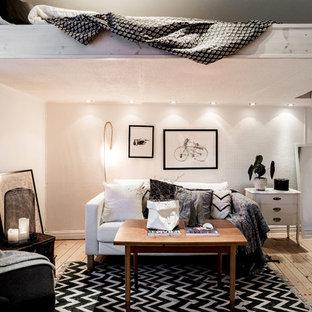 Inspiration för ett litet minimalistiskt sovloft, med vita väggar och ljust trägolv