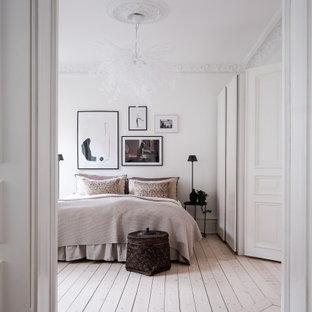Inspiration för mellanstora minimalistiska sovrum, med vita väggar, ljust trägolv och beiget golv