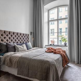 Idéer för mellanstora vintage huvudsovrum, med grå väggar, ljust trägolv och beiget golv
