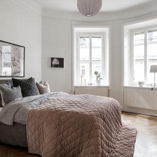 Inspiration för ett skandinaviskt huvudsovrum, med vita väggar, mellanmörkt trägolv och beiget golv