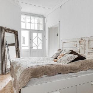 ヨーテボリの中くらいのシャビーシック調のおしゃれな主寝室 (白い壁、淡色無垢フローリング、暖炉なし) のインテリア