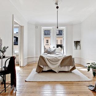Foto på ett mellanstort vintage huvudsovrum, med vita väggar och ljust trägolv