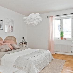 Exempel på ett mellanstort skandinaviskt sovrum, med vita väggar, ljust trägolv och beiget golv