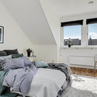 Inspiration för skandinaviska sovrum, med vita väggar och ljust trägolv