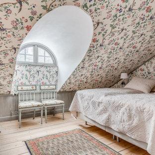 Idéer för att renovera ett shabby chic-inspirerat sovrum, med flerfärgade väggar, ljust trägolv och beiget golv
