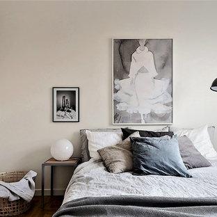 Idéer för att renovera ett minimalistiskt gästrum, med beige väggar, mörkt trägolv och brunt golv