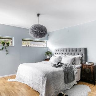 Inspiration för mellanstora moderna sovrum, med grå väggar, mellanmörkt trägolv och brunt golv