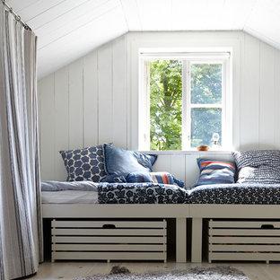 Idéer för ett mellanstort minimalistiskt gästrum, med vita väggar och ljust trägolv