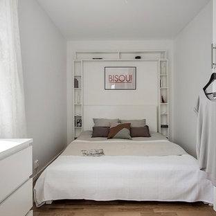 Foto på ett skandinaviskt gästrum, med grå väggar, mellanmörkt trägolv och brunt golv