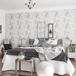Mittelgroßes Skandinavisches Hauptschlafzimmer ohne Kamin mit weißer Wandfarbe und hellem Holzboden in Göteborg