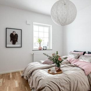 Inspiration för nordiska gästrum, med vita väggar, laminatgolv och beiget golv