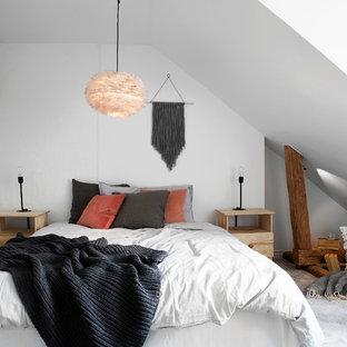 Skandinavisk inredning av ett sovrum, med vita väggar, heltäckningsmatta och grått golv