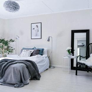 Foto på ett stort minimalistiskt huvudsovrum, med beige väggar och grått golv