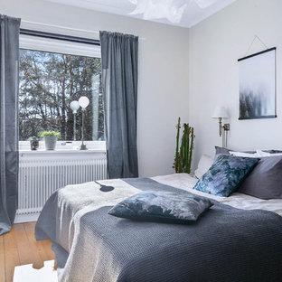 Inspiration för ett mellanstort nordiskt sovrum, med grå väggar, mellanmörkt trägolv och beiget golv