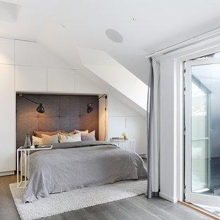 Foto på ett mellanstort skandinaviskt sovrum, med vita väggar, laminatgolv och grått golv