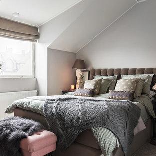 ストックホルムの中くらいのトランジショナルスタイルのおしゃれな主寝室 (グレーの壁、カーペット敷き) のインテリア