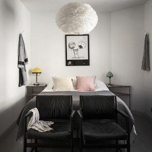 Foto på ett litet minimalistiskt gästrum, med vita väggar och mörkt trägolv