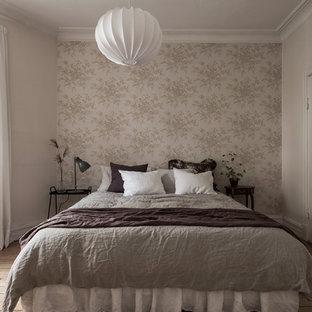 Idéer för att renovera ett minimalistiskt huvudsovrum, med beige väggar, mellanmörkt trägolv och beiget golv