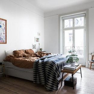 Exempel på ett stort nordiskt sovrum, med vita väggar, beiget golv och ljust trägolv